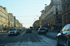 Bielorrusia, Minsk 6 de julio de 2018 Vista del tiempo del día del lapso de tiempo del tráfico de ciudad Impulsión del coche en t metrajes