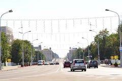 Bielorrusia, Minsk 6 de julio de 2018 Vista del tiempo del día del lapso de tiempo del tráfico de ciudad Tráfico de la calle en l metrajes
