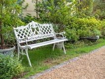 Bielu żelaza ławka w parku zdjęcia royalty free