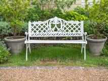Bielu żelaza ławka w parku zdjęcia stock