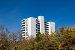 Bielu Betonowy budynek mieszkaniowy obraz stock