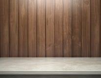 Bielu betonu stół z drewnianą deski ścianą Obrazy Royalty Free