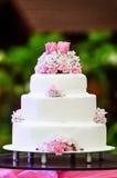 Bielu cztery wielopoziomowy ślubny tort na stole zdjęcie royalty free