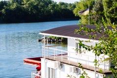 Bielu dom rzeką, kniaź flaga, rzeczny motel, zdjęcie royalty free