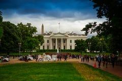 Bielu dom Z Protestors w drodze Zdjęcie Royalty Free
