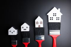 Bielu domu zabawka i farby muśnięcie na czarnym tle z kopii sp Obraz Stock