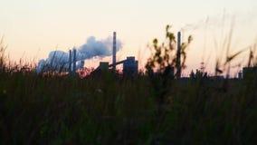 Bielu dym od drymby metalurgicznej rośliny przeciw niebu przy świtem zbiory wideo