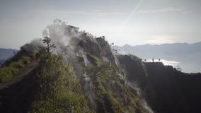Bielu dym wzrasta w górę wierzchołka volcan od zdjęcie wideo