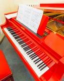 Bielu i czerni klucze czerwony pianino Obraz Royalty Free