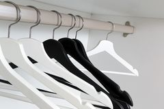 Bielu i czerni puści odzieżowi wieszaki w garderobie, Obrazy Royalty Free