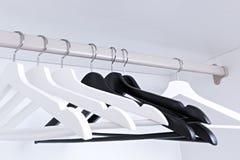 Bielu i czerni puści odzieżowi wieszaki w garderobie, Obraz Royalty Free