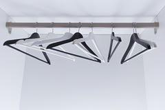 Bielu i czerni puści odzieżowi wieszaki w garderobie, Fotografia Royalty Free