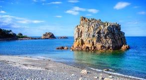 Bielu kamienia plaża na Różowym granitu wybrzeżu, Brittany, Francja Fotografia Royalty Free