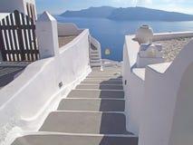 Bielu Kamienny schody Błękitny morze, Santorini Grecja wyspa obrazy stock