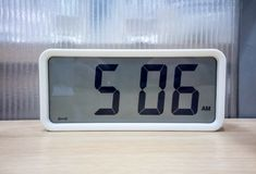 Bielu kieszeniowy cyfrowy zegar na drewnianej półce Obraz Royalty Free