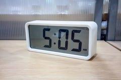 Bielu kieszeniowy cyfrowy zegar na drewnianej półce Fotografia Royalty Free