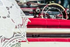 Bielu Koronkowy parasol w rocznika samochodzie Obraz Stock