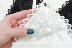 Bielu koronkowy stanik w żeńskiej ręce piękna błękitny jaskrawy pojęcia twarzy mody makeup kobieta Obrazy Royalty Free