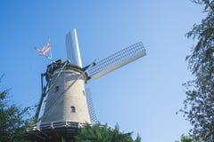 Bielu młyn z flagą dziejowy grodzki Alkmaar holandie obraz stock