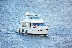 Bielu motorowy jacht fotografia stock