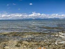 Bielu niebieskie niebo nad jeziorem i chmury zdjęcie royalty free