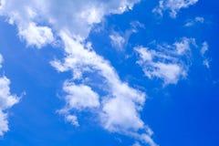 Bielu niebieskiego nieba obłoczny tło Obraz Royalty Free