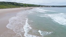 Bielu parka zatoka, Północna - Ireland, Antrim, dzieciaki bawić się na plaży, truteń komarnica, materiał filmowy 4k zdjęcie wideo
