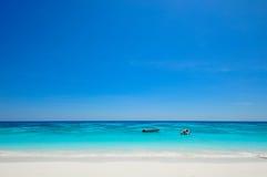 Bielu Plażowy i Błękitny ocean z niebieskim niebem przy Tachai wyspą Thail Obraz Stock