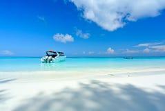 Bielu Plażowy i Błękitny ocean z niebieskim niebem przy Tachai wyspą Thail Zdjęcie Stock