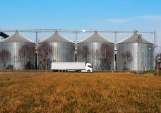 Bielu pojazdu przyczepy długa ciężarówka przed zbożowi składowi kosze Zdjęcia Stock