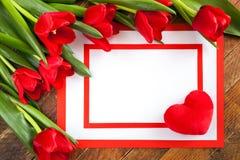 Bielu prześcieradło z pluszowym sercem na kącie, dwa czerwienią ramową i czerwienią tu, zdjęcie stock
