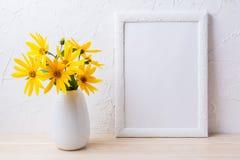 Bielu ramowy mockup z żółtym rosinweed kwitnie w miotaczu Fotografia Stock