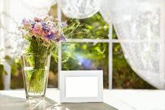 Bielu ramowy mockup z kwiatami Zdjęcia Royalty Free