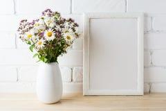Bielu ramowy mockup z kwitnącym wildflower bukietem blisko malującym Obraz Stock