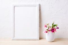 Bielu ramowy mockup z menchiami kwitnie w flowerpot Zdjęcie Stock