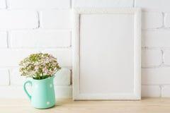 Bielu ramowy mockup z miękkich części menchiami kwitnie blisko odsłoniętych cegieł Obraz Royalty Free