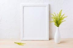 Bielu ramowy mockup z ornamentacyjną trawą w wyśmienitej wazie Zdjęcia Royalty Free