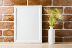 Bielu ramowy mockup z ornamentacyjnej trawy pobliskim odsłoniętym ściana z cegieł Zdjęcia Royalty Free