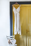Bielu smokingowy obwieszenie na czopie Zdjęcie Royalty Free