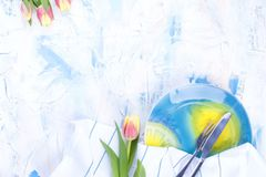 Bielu stół z barwionym błękitem Talerz dla lunchu i białego ręcznika Nóż i rozwidlenie Wiosna bukiet tulipany Bezpłatna przestrze Zdjęcie Royalty Free