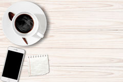 Bielu stół z filiżanka nutowym papierem Smartphone i Zdjęcie Stock