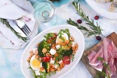 Bielu stół z różnym jedzeniem, sałatki, przekąski, talerze i pieluchy, Obrazy Royalty Free