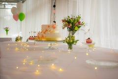 Bielu stół z tortów kwiatami i prowadzącym ornamentem Obraz Royalty Free