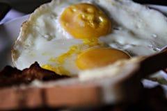 Bielu talerz smakowity smażący jajko z bekonem i Obraz Royalty Free