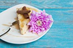 Bielu talerz z kawałkiem cheesecake Fotografia Stock