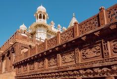 Bielu wierza dziejowy rzeźbiący budynek w India Zdjęcie Royalty Free