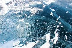 bielu wzór zamarznięci bąble w gęstym błękitnym lodzie obraz royalty free