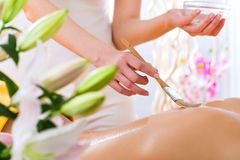 Bien-être - femme obtenant le massage de corps dans la station thermale Photographie stock