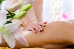 Bien-être - femme obtenant le massage de corps dans la station thermale