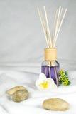 Bien-être, huile aromatique avec des fleurs et pierres photos libres de droits